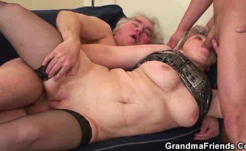 Бабуля делает глубокий минет