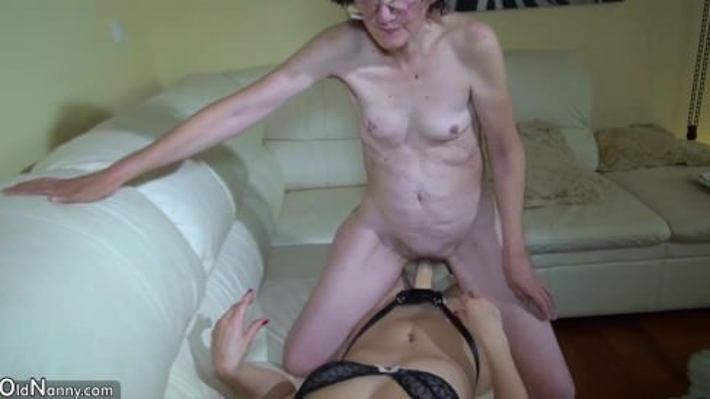 Порно парень ласкает бабулю