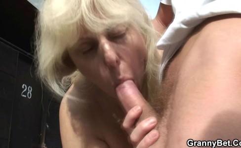 Секс бабушки и внука в пляжной раздевалке