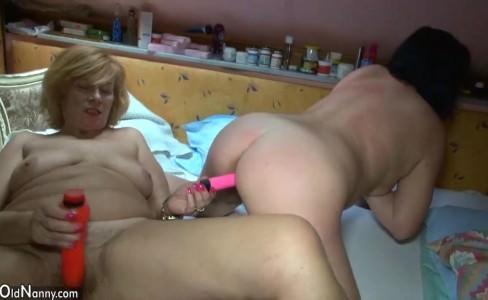 Видео старухи как она дрочит