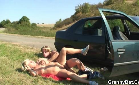 Секс на обочине дороги в машине
