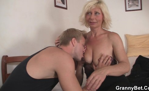 Порно с бабушкой развел