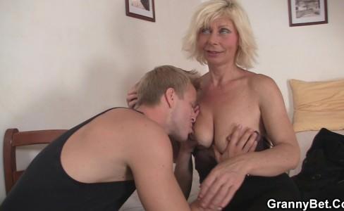 Развёл бабульку на секс